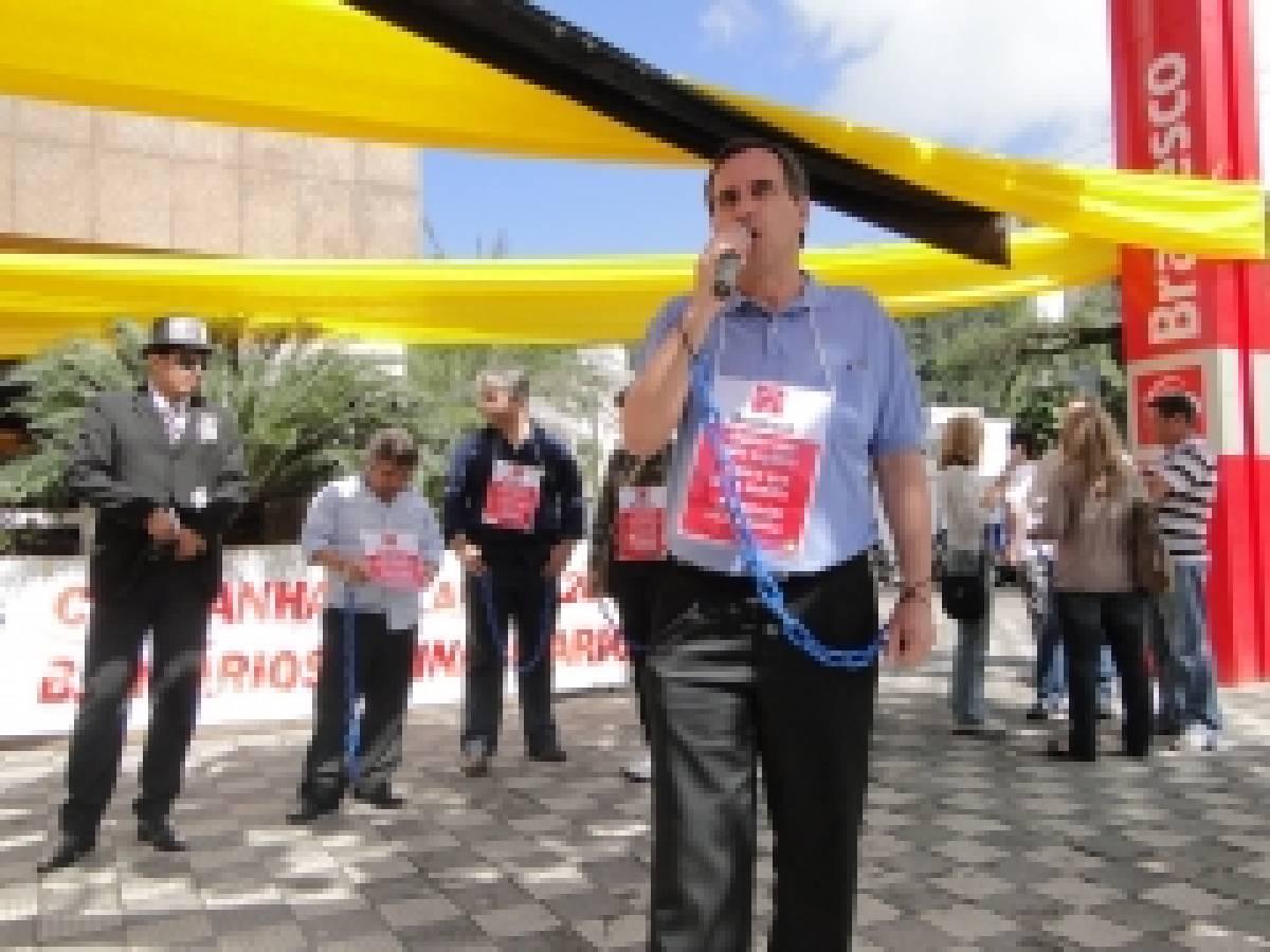 Bancários de Santos e Região realizam manifestação no Bradesco