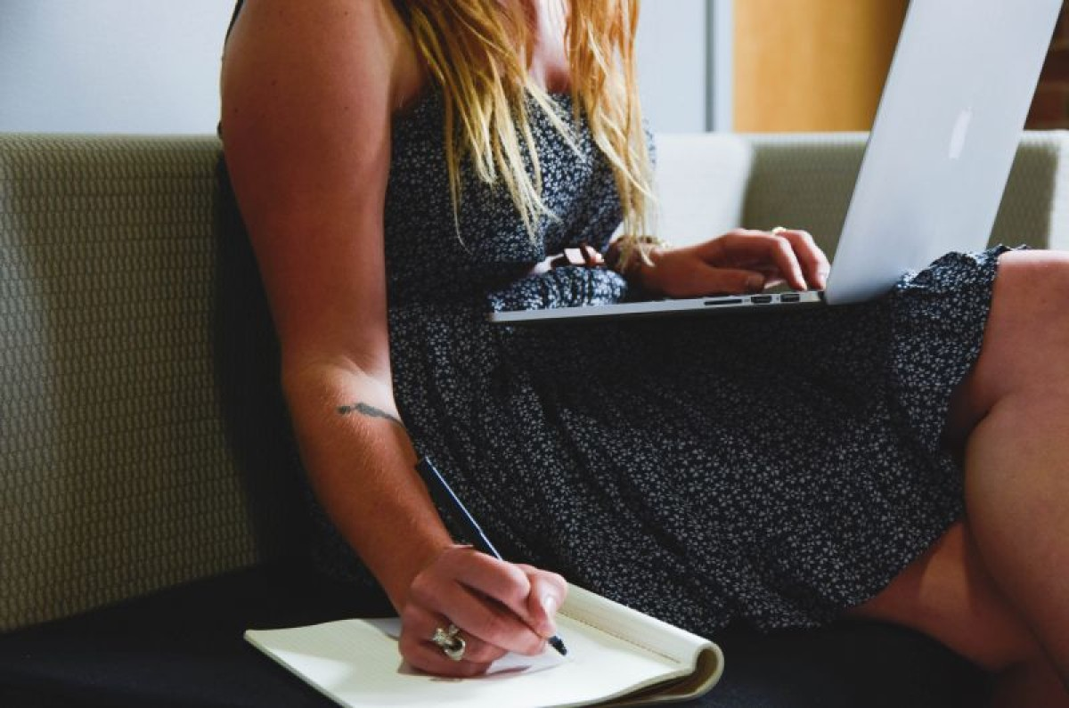 Mulheres seguem ganhando menos e trabalhando mais que homens