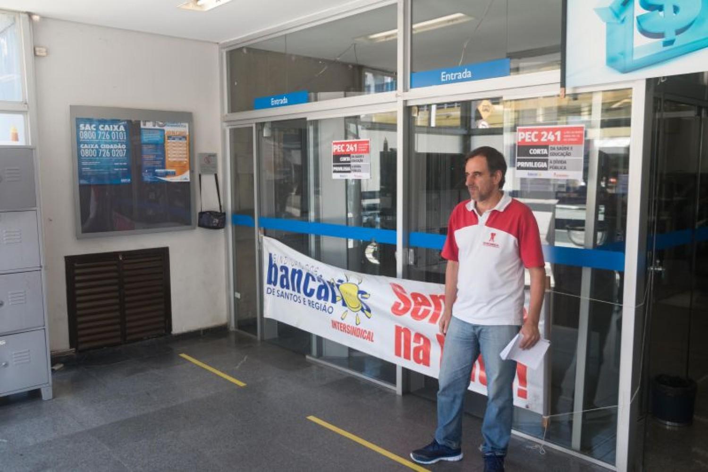 Caixa lucra R$ 3,4 bi e corta 2,6 mil empregos