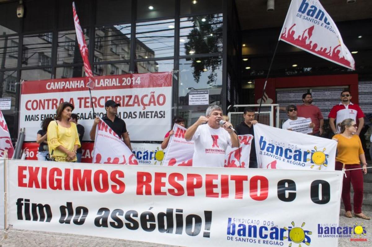 Quatro agências do Santander são paralisadas por bancários em Santos