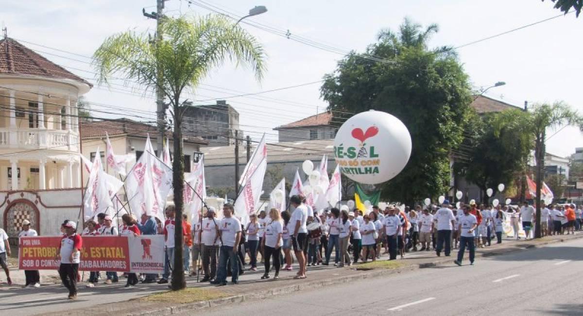 Trabalhadores fazem passeata contra privatização da Petrobras