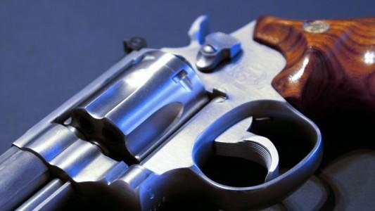 Empresa indeniza vigia condenado por porte de arma vencido
