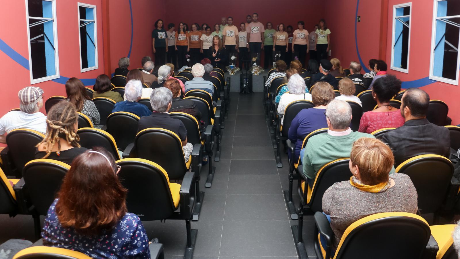 Grupo Vozes canta na abertura do Fórum Social da Baixada Santista, dia 17