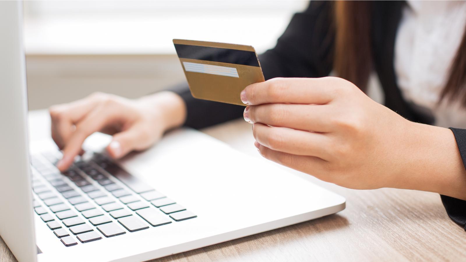 Juro médio do rotativo do cartão de crédito sobe para 333,9% ao ano