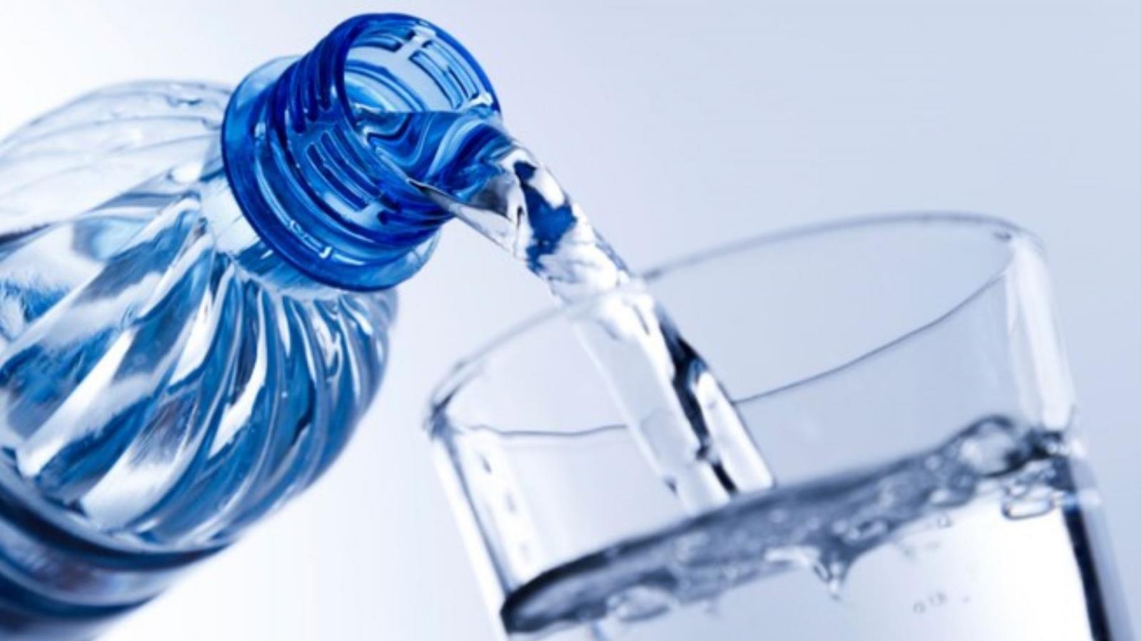 Justiça condena cafeteria por demitir funcionária que bebeu água durante expediente