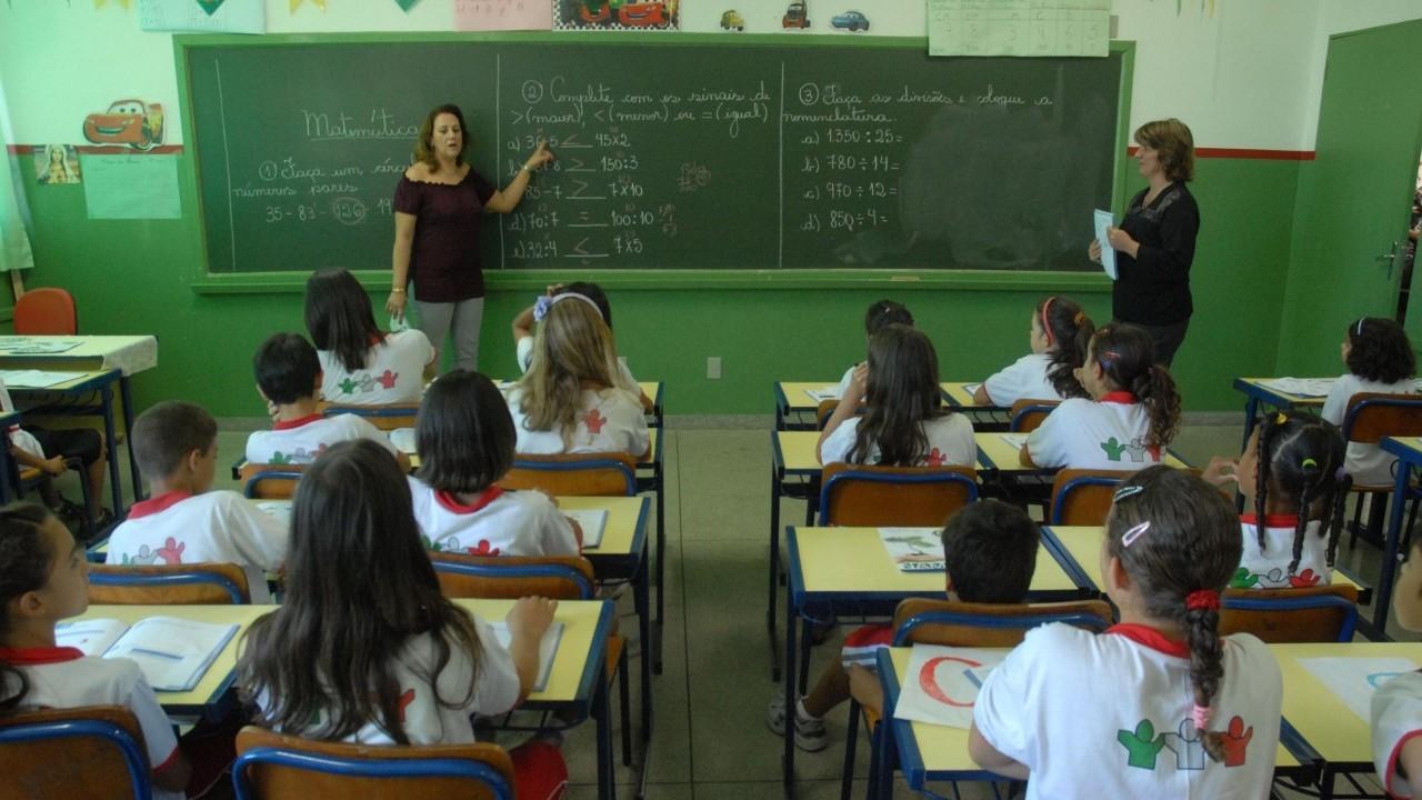 Governo não valoriza educação. Só retira verbas!