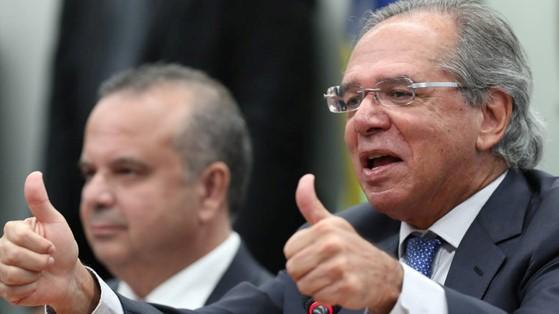 Banco fundado por Guedes embolsa bilhões da previdência, enquanto chilenos amargam miséria