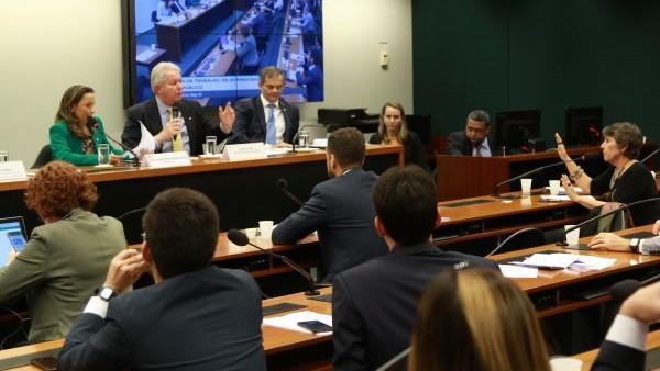 Audiência com presidente do BB na Câmara termina em discussão sobre a Cassi