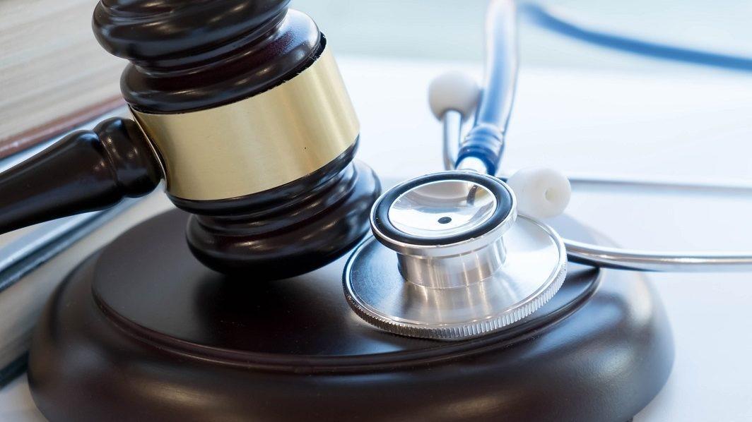 Plano de saúde deve arcar com troca de prótese de beneficiário, diz STJ