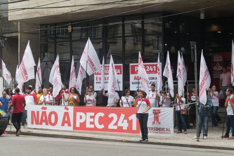 Bancários paralisam agências contra PEC 241 e reformas do governo